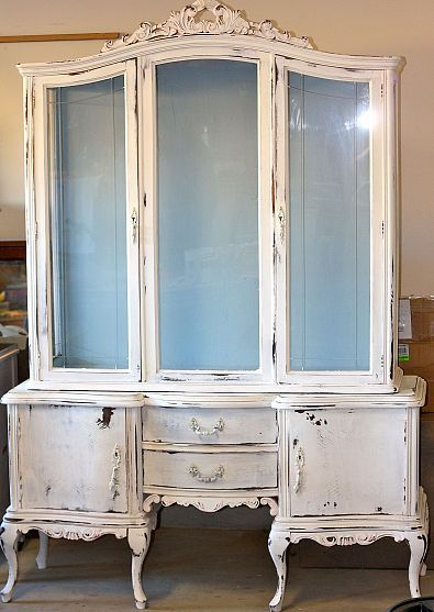 Although it is very popular, I despise chippy paint jobs.  I don't distress when I paint.  Call me American, but if I'm going to that much work, I want it to look new or at least fresh.  I like the color combination here, especially the light blue interior.