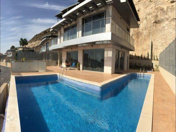 Chalet ubicado en Sierra Cortina con excelente diseño, piscina, baños con hidromasaje, ascensor, bodega y gimnasio, muy bonito. Dispone de una parcela de 550m2 aproximadamente.
