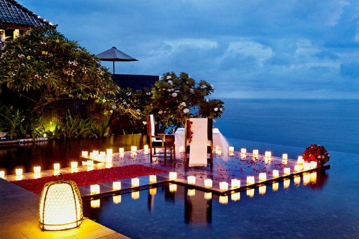 Tempat ngedate impian gue ya kya gini, menyatukan antara dataran tinggi dan pantai. Kita berada ditengah kolam renang yang seolah menyatu dengan laut dengan lilin yang mengelilingi meja kita. Disini kita bisa ngerasain indahnya berada didataran tinggi dengan segarnya udara dan suara debyur ombak. Yang semakin menambah kesan romantis. The Bvlgari Restaurant – Bali. #PasanganSehati