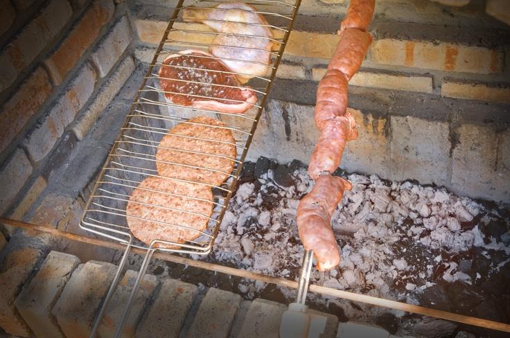 Para el almuerzo o la cena disponemos de platos de cocina regional e internacional servidos a la carta.    Platos típicos y un delicioso churrasco brasileño pueden ser encargados para ser preparados y/o servidos  cómodamente en  su Villa, con o sin camarero.    En días especiales (Pascua, Navidad, verbenas, Día de la Madre, etc) es posible encargar platos especiales para comer/degustar en el restaurante o directamente en su villa