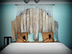 Picket fence headboard - beachy. This will be perfect in my extra bedroom wtih the beach look.