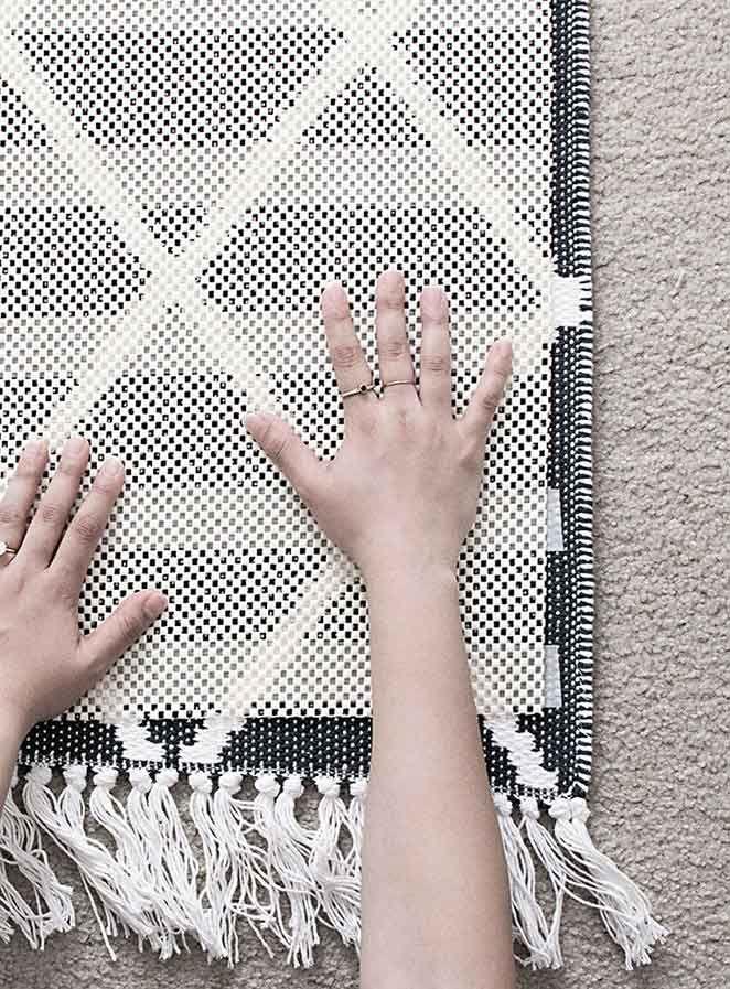 Neste post, você aprende como transformar qualquer tapete seu em um tapete antiderrapante com um DIY rápido, prático e barato!
