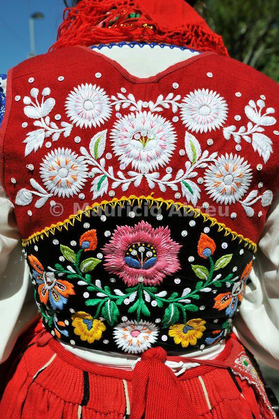 Detalle del traje típico de campesina de Viana (Portugal)