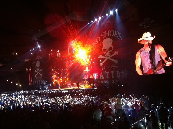 Kenny Chesney opening his No Shoes Nation tour in Tampa. #noshoesnation #kennychesney