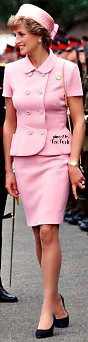 ❇Téa Tosh❇ 1995, Gianni Versace designed her Jackie O-inspired pink suit for a visit to the nation's troops. Her pillbox hat was from Philip Somerville.