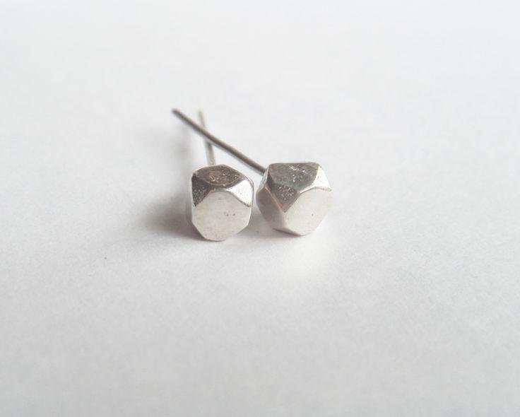 Pequeños aros bolitas con forma facetada simulando una piedra.Minimalistas, modernos, confortables. Son la perfecta opción para todos los días.Su medida es de 4mmx4mm.Las trabas traseras son de plata 925 al igual que los aros.Todas las piezas se encuentran realizadas artesanalmente por mi.