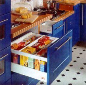 интерьер кухни, кухонные ящики, достигающейся также благодаря встроенным запорам.  Фасад изшпона цвета вишневая заря 602. Запор работает благодаря рамке внизу, которая приподнимает верхнюю часть, иручкам, встроенным под исбоку передней части, хорошо вписываются винтерьер кухни.  В них несложно рассортировать все необходимое. Центральная часть снишами выполнена изсветло белого кварца толщиной 9.5см.