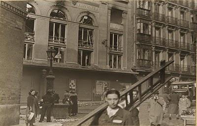Teatro Cervantes, en la calle Corredera Baja de San Pablo, fotografiado desde la calle Ballesta, tras un bombardeo en 1937