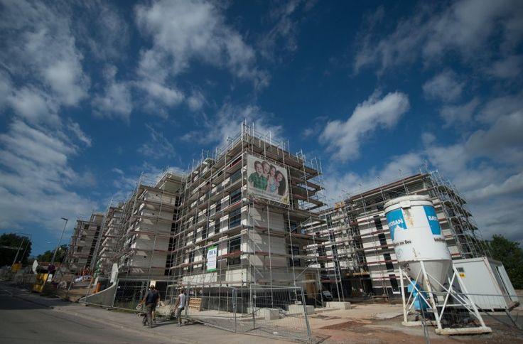 Immobilien.,  Zahl der Neubauten ist viel zu niedrig.,  Aber wegen Mietpreisbremsevonvon Herrn Maas (SPD) wird viele Hotels und Seniorenwohnungen gebaut,   http://www.spiegel.de/wirtschaft/soziales/immobilien-zu-wenig-neubauten-in-deutschland-a-1128809.html