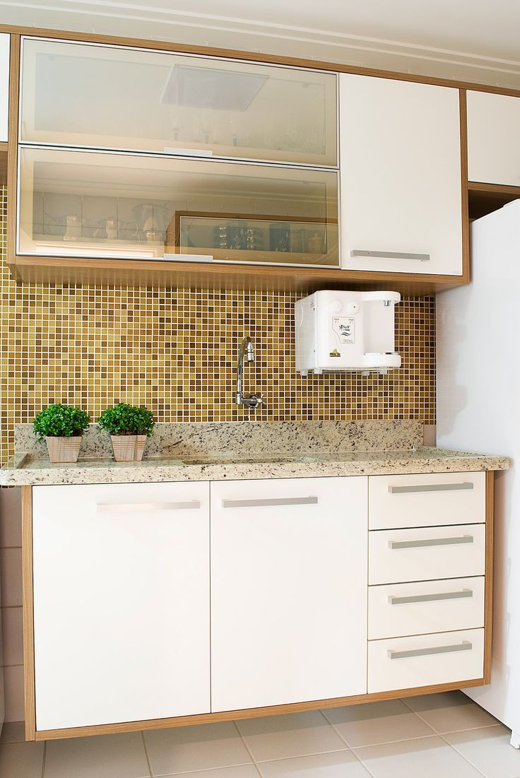 Para pequenos espaços como essa cozinha, cada cantinho deve ser planejado, pensando em funcionalidade aliado a beleza. A praticidade do mic...