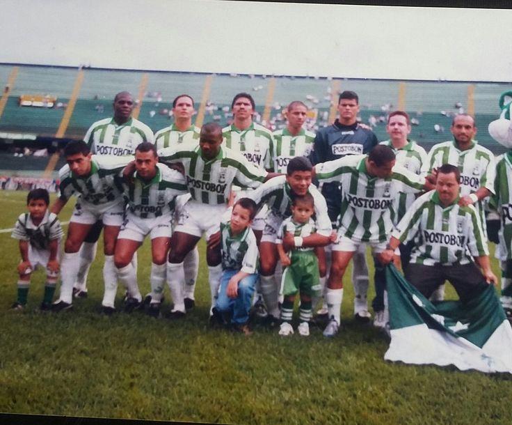 GRANDES GOLEADAS: Nacional 6 Unicosta 0. 15/11/1998. Zambrano(4') Comas(49')(73')(89')Muñoz(85' y 90').Arriba : Perea, Marulanda, Comas, Grisales, Calero, Osorio. Abajo : Rueda, Estrada, Mosquera, Mackenzie, zambrano, Carlitos(aficionado). Foto: archivo personal  Leon Dario (@ldespinosa93) | Twitter