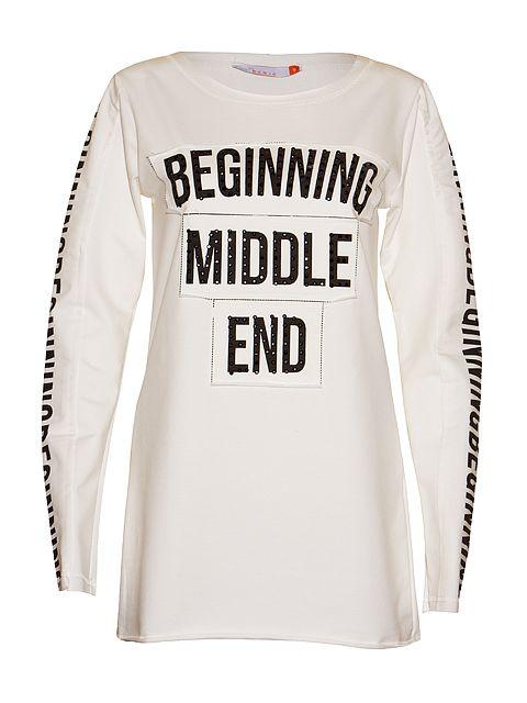 Luźna sportowa bluza z charakterystycznymi napisami z przodu i na rękawach.
