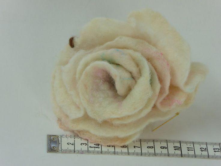 Handgevilte witte roos met rosé accenten, blauw kraal, unieke broche, mooi Valentijns cadeau voor haar, corsage voor dames, moederdag cadeau door NaaiatelierAnci op Etsy