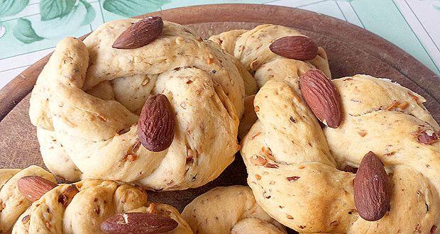 Oggi ho fatto i taralli napoletani, un grande classico della cucina campana. I taralli napoletani sugna e pepe sono uno snack buonissimo che solitamente si abbina ad una bella birra ghiacciata. I taralli napoletani, per chi non lo sapesse, sono una sorta di biscotto salato, preparati con un impasto di strutto, farina, sale e pepe, ed arricchiti con mandorle tritate. Provate ad assaggiarli e vi sarà difficile smettere di mangiarli.