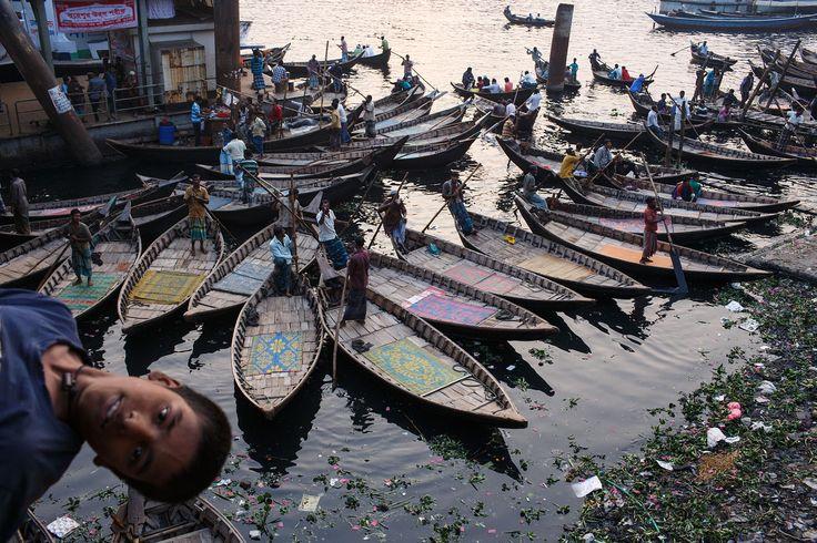 bangladesh_dhaka_city_people_buriganga_river_sararghat_boats_daily_life_child