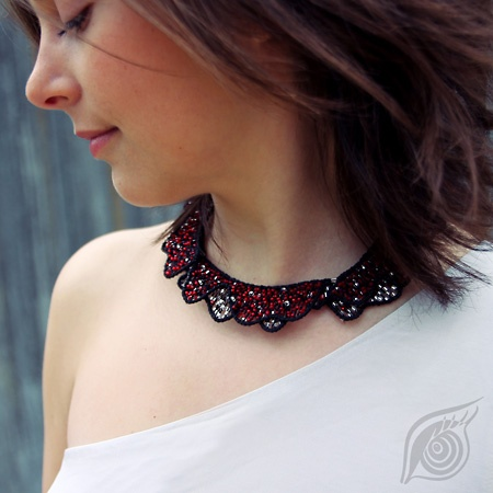 necklace Wavelent, double-faced -  red and black in mat, white and black in gloss; technique: nycrame, by Nady; photo by Monika Hulova