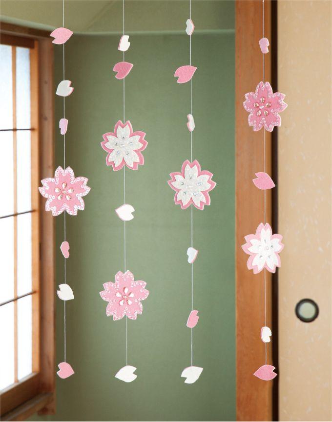 ハラハラと舞う満開の桜をイメージしたつるし飾り スパンコールや