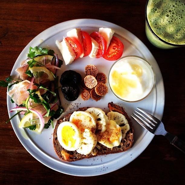 Today's breakfast. Cauliflower Egg Cheese, Banana and Spinach soy milk バナナ&ほうれん草豆乳、パンはカリフラワーと卵のチーズ焼き。チーズの焼き色足りないけど、今朝はいつもより早く家を出なきゃ行けないからまあいっか。 - @keiyamazaki- #webstagram