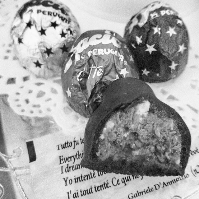 """Se dopo il bacio il principe azzurro avesse detto """"vabbè ma mica stiamo insieme..."""" ci saremmo risparmiate un sacco di complicazioni crescendo!... Ecco cosa dovrebbero scriverci nei #baciperugina #baci #cioccolatofondente #cioccolato #gusciduovo #gusciduovo_pensiero #ilprincipe #ilprincipeazzurro #rdd_food #instafollow #instadaily"""