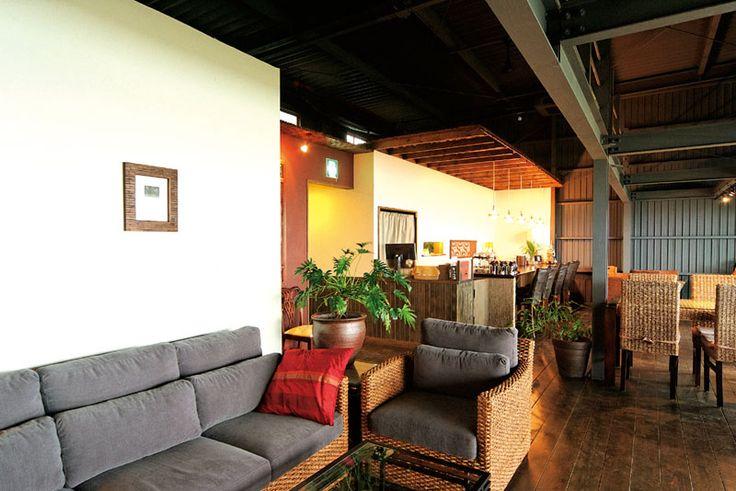 cafe CAHAYA BULAN モダンなアジアンテイストで、大人が落ち着いてくつろげる癒しの空間を演出