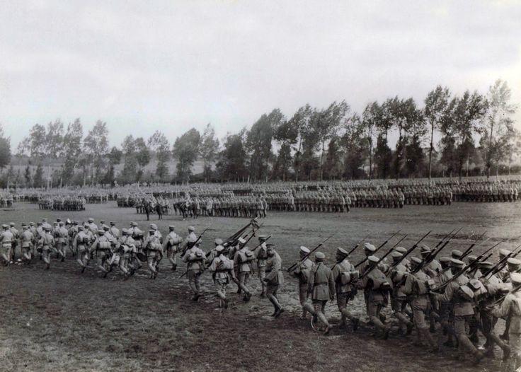 Em cima, Força de Cavalaria na lagoa da Murta, em exercícios de preparação do CEP (atribuído a Joshua Benoliel). Soldados de Infantaria em ordem de marcha em Tancos Arnaldo Garcez/Liga dos Combatentes WWI Portugal