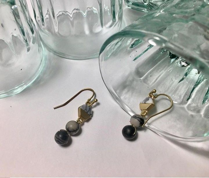 * GEOMETRÍA LUNAR *  Diseños propios hechos a mano.  Abalorios de piedra natural. ⚠ Información sobre alérgenos: Perno con flash de oro. . . . . #12 #pendienteseventos #elegante #pendientes #hechoamano #handmade #gris #navidad #boda #bisuteria #novia #pendientesxl #oro #turquesablanca #gold #bridal #earrings #grey #moda #nochevieja #jewellery #fashion #jewels #regaloperfecto #regalo #lainvitadaperfecta #invitadaperfecta #lepair