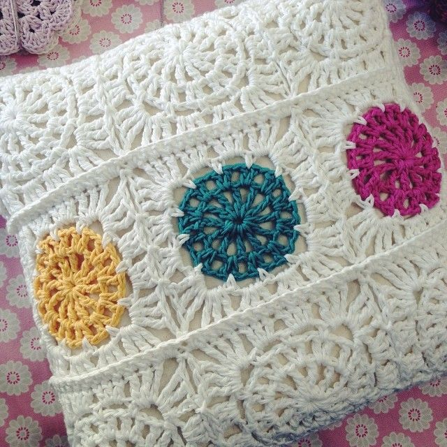 25 best ideas about crochet cushions on pinterest - Cojines a crochet ...