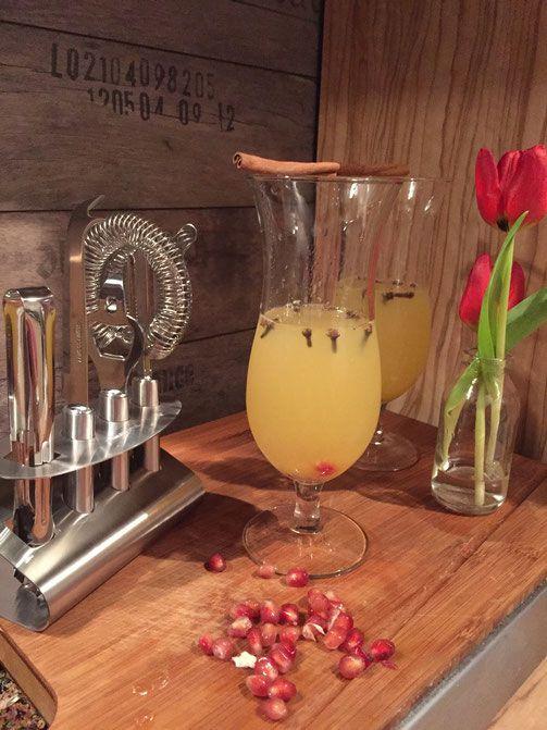 Cocktail Tropischer Winter mit Honig und Cocktailglas von Pulsiva