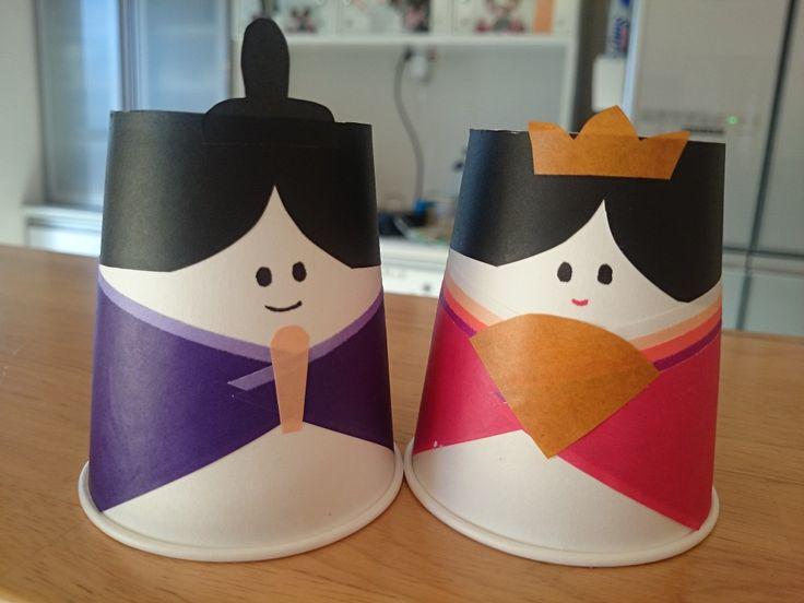3月3日は、桃の節句。 そうです、ひな祭りですね! ひな祭りに欠かせない物と言えば、お雛様(ひな人形)です。 そんなお雛様を手作りしてみませんか? 紙コップと折り紙で作る簡単な工作です。 手軽に作る事ができるので、ひな祭り工作にも最適です。 紙コップ雛に必要な材料と道具 材料 紙コップ 折り紙 道具 はさみ のり サインペン 折り紙は、お雛様の着物や髪、小物(扇子、しゃく、冠、烏帽子)になります。 色については、手順6で詳しく説明しますね。 紙コップ雛の作り方 1.お雛様の髪となる、黒い折り紙を三角におります。 2.三角に折った、真ん中あたりに前髪を作ります。 画像のように、はさみで切ります。 3.三角に折った部分をはさみで切り、2枚にします。 (1枚はお雛様、もう1枚はお内裏様に使います。) 4.折り紙の裏にのりをつけ(半分ぐらい高さまで)、逆さにした紙コップの上部に貼り付けます。 紙コップのつなぎ目が後ろになるようにしましょう。 5.のりが乾いたら、紙コップからはみ出た部分の折り紙を切り落とします。 同じ物を2つ(もう1つ)作ります。…