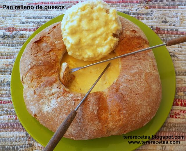pan ahuecado y lleno con quesos para fondue