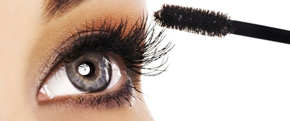 Make-up door de jaren heen. Het gebruik van make-up stamt terug uit de tijd van Cleopatra (rond 35 voor Christus). In het oude Egypte werden natuurlijke producten zoals henna, grafiet en koper gemengd met olie of water, om dit op het gezicht aan te brengen. De Griekse vrouwen smeerden kersensap op hun lippen als lippenstift.