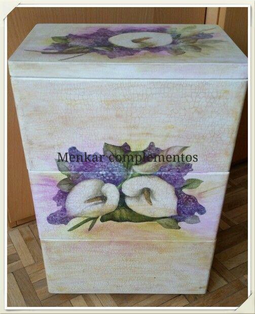 Caja de madera con tres cajones, pintada a mano, decorada con decoupage y craquelada.