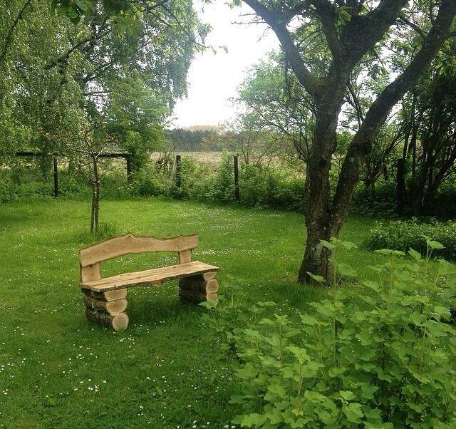 Denne skønne bænk er bygget af et træ fra baghaven