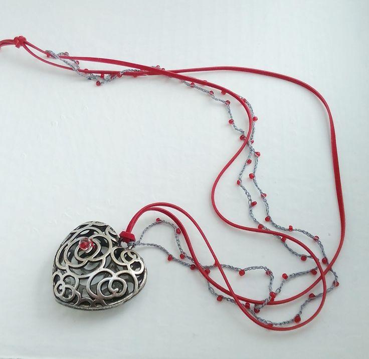 #collana con #cuore importante in #metallo filo sintetico e #perline nei toni del #rosso e #argento / #necklace : #Collane di #elenalucc