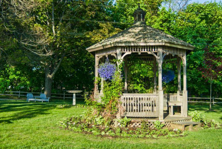 Даже в центре двора, добавив, лианы, подвесные корзины, и посадочного места вокруг беседки помогает создать ощущение нахождения в секретный сад.
