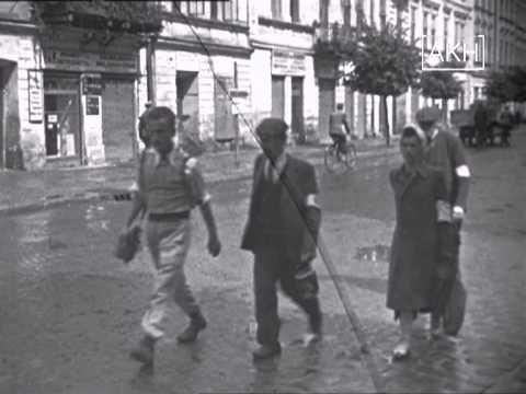 Aufnahmen aus dem Ghetto von Przemyśl, vom April / Mai 1943 von einem Offizier der Wehrmacht gedreht wurden. In September 1943, setzten Maßnahmen zur Auflösung des Ghettos ein, die im Februar 1944 mit dessen Zerstörung endeten. Die meisten Juden aus Przemyśl wurden in Auschwitz ermordet.
