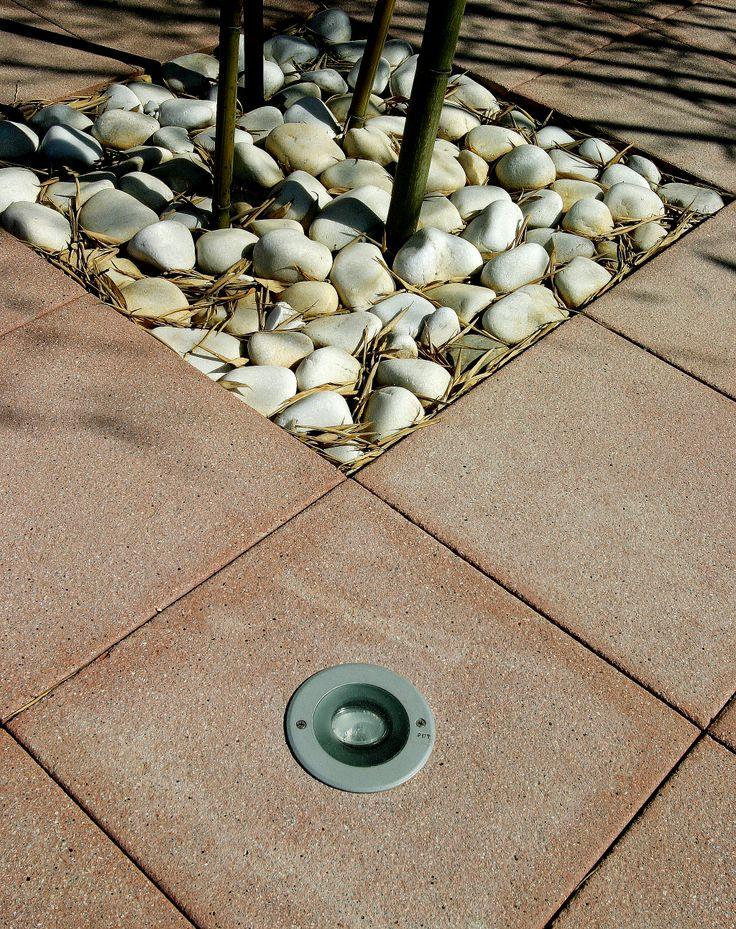 diseo de plaza compuesta de baldosa granallada de hormign con luz insertada y piedras de canto