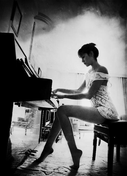 Piano play | Retro Images & b-w | Pinterest