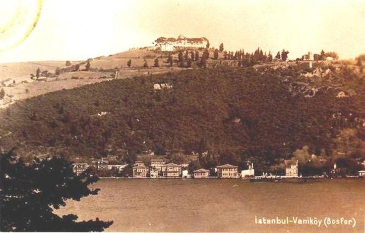 Çengelköy ve Kandilli arasında yer alan semte Bizans zamanında Nikapolis (Güzel kent) deniliyordu. Şimdiki adını ise 17. yüzyılda yaşamış sofu bir Müslüman'dan alıyor. Sadrazam Köprülü Fazıl Ahmet Paşa, din âlimi Mehmet Efendi'yi Van'dan getirip buraya yerleştirdi. Vakit kaybetmeden semte cami yaptıran Mehmet Efendi Van'dan gelen, Vanlı anlamında Vani Mehmet Efendi olarak tanındı; böylece buraya Vaniköy denildi.