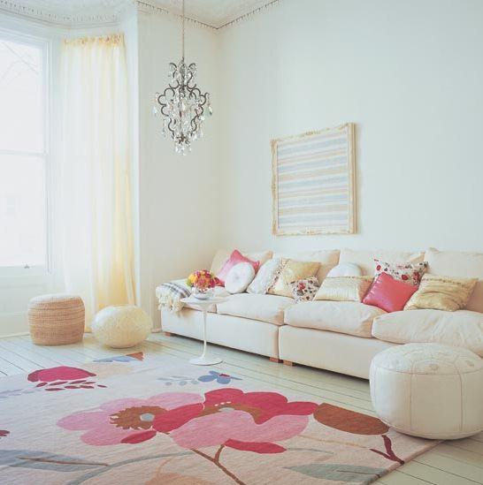 белый диван и розовый ковер