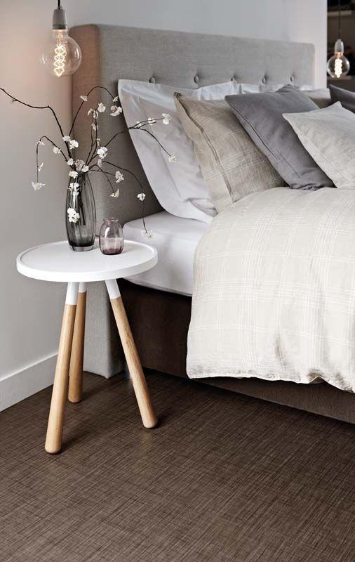 ベッドサイドテーブルは使っていますか?目覚まし時計を置いたり、本を置いたり、ライトを置いたり。せっかくのスペースなので、お洒落なディスプレイをしてみませんか?