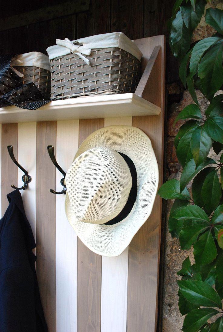 Věšák David 001 Věšáková stěna pouze s jednou policí nahoře ze smrkového dřeva v moderním stylu provence. Ošetřen silnovrstvou lazurou hnědo-šedivé barvy a bílým voskovým olejem. Věšák je osazen čtyřmi věšáky. Součástí věšákové stěny jsou tři proutěné košíčky. Dekorace nejsou součástí výrobku Rozměry věšák cca výška 160 cm x šířka 80 cm x...