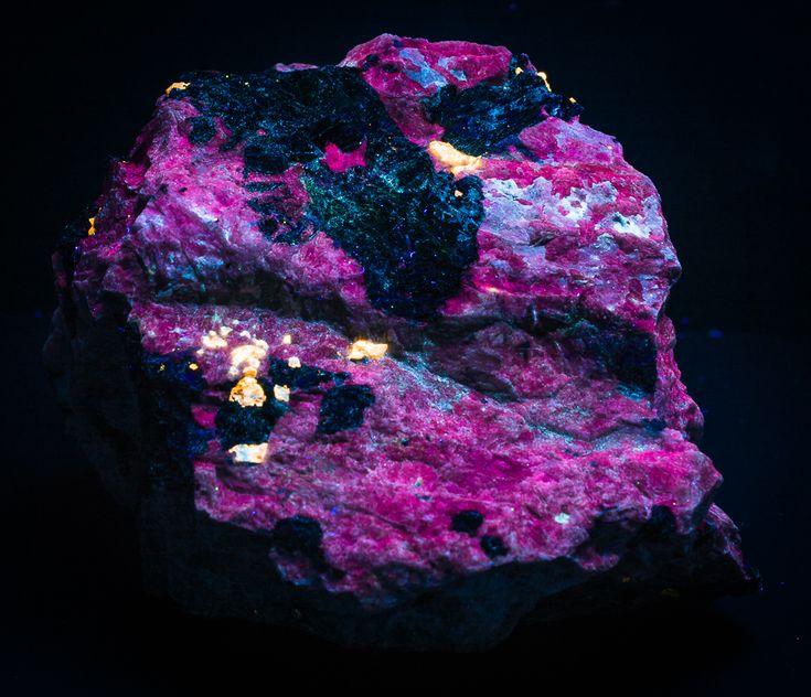 Zircon Molybdenite Ferrokentbrooksite Aegirine & Feldspar For Sale - e-Rocks Mineral Auctions