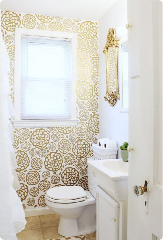 DIY Home Decor | DIY Ideas | Love the idea of wallpaper but not the expense, work, or permanence? Check out this glam faux flower wallpaper that was made with gold vinyl! This is an awesome idea for renters!