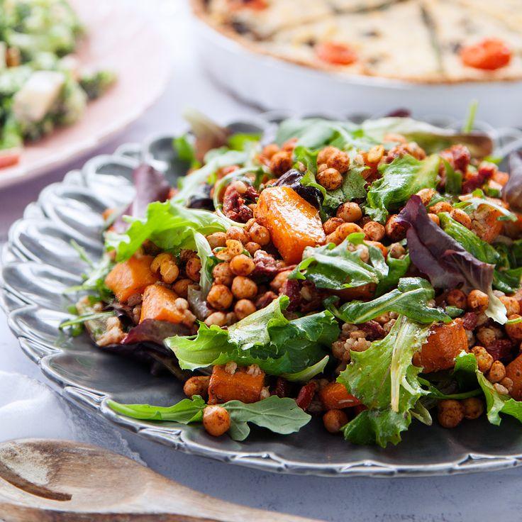 På jakt efter det perfekta receptet på en matig sallad? Laga härligt rostad pumpasallad med matvete och chilirostade kikärtor! Recept hittar du på Tasteline