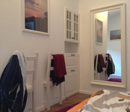 1 - Ces moitiés de chaises sont parfaites pour déposer vos vêtements le soir dans votre chambre. Voici comment créez ces 2 valets en moins de 30 minutes.