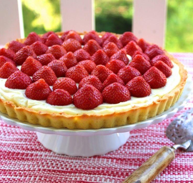 Sinner Sunday: Vanilletaart met aardbeien. Mmmm, met deze zomertaart haal je de zon in huis! #SinnerSunday #taart #chickslovefood