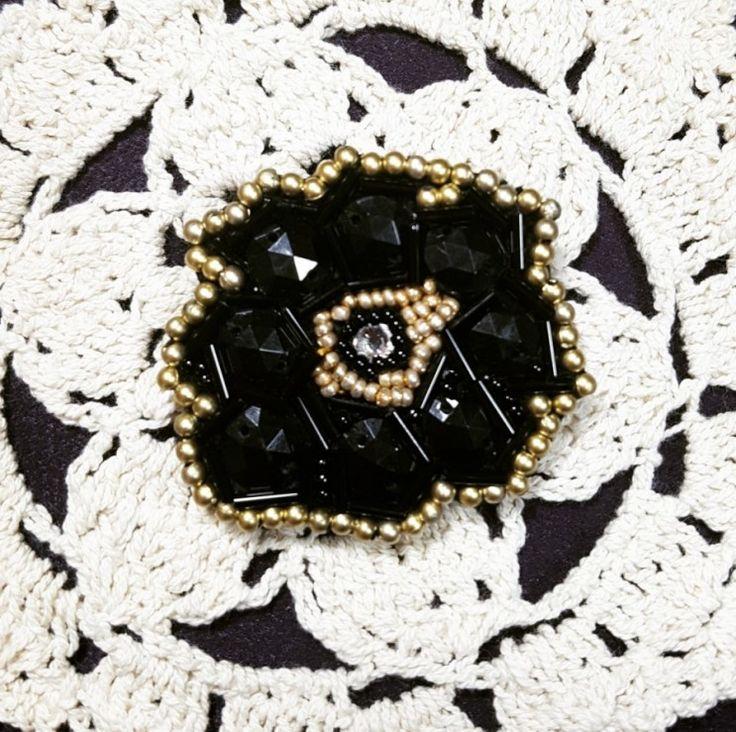 Handmade beads brooch 집에 있는 내겐 주말이 젤루 피곤하다. 집에 있으니까 월요병이 그리워질 때도 생기는구나