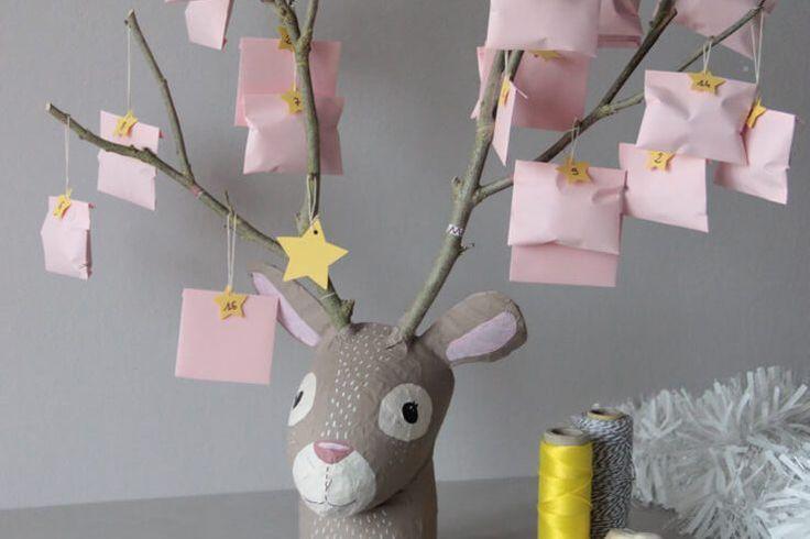 """Créez un joli calendrier de l'Avent """"tête de renne"""" avec une bouteille, du papier mâché et des branches ! Découvrez tous nos ateliers sur notre blog..."""