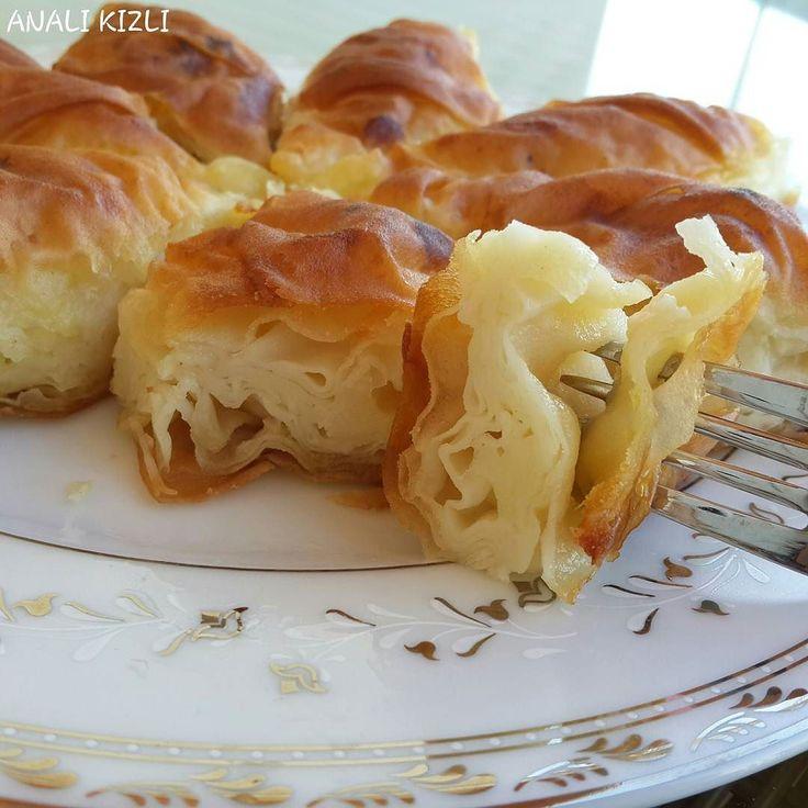 En güzel mutfak paylaşımları için kanalımıza abone olunuz. http://www.kadinika.com ÇAKMA SU BÖREĞİ Malzemeler: 2 adet yumurta Yumurta kabuğu ile 6 defa su (değişik bir ölçü birimi kabul ediyorum.) Un-Tuz Aralarına Sürmek İçin: 100 gr. Tereyağı 1 çay bardağı sıvıyağ İç Harcı İçin: Peynir Yapılışı: Hamur yoğurulur kulak memesinden biraz sert. 9 bezeye ayrılır. İnce ince (böreğin yapılacağı tepsiden büyük) açılır. İlk hamur yağlanmış tepsiye düz bir şekilde serilir. Kenarları kaldırılarak…